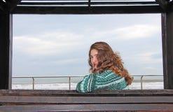海滩的青少年的女孩 免版税库存图片