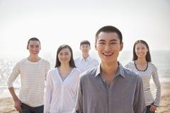 海滩的青年人 免版税库存照片