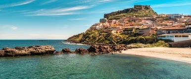 海滩的风景在castelsardo附近的 免版税库存照片