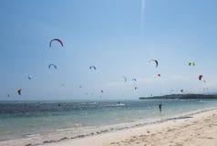 海滩的风筝冲浪者 免版税库存照片