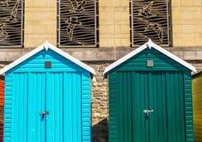 海滩的,对夏天村庄的五颜六色的门, s色的房子 库存照片