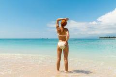海滩的年轻性感的妇女 免版税库存图片