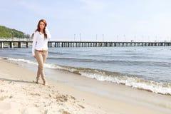 海滩的年轻愉快的妇女 免版税图库摄影