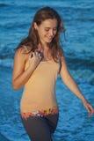 海滩的年轻浪漫女孩在日落 免版税库存图片