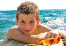 海滩的年轻游泳者 免版税库存照片