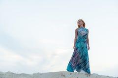 海滩的年轻红色妇女 图库摄影