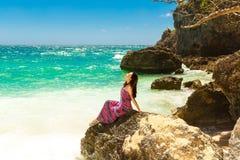 海滩的年轻美丽的亚裔女孩一个热带海岛 免版税图库摄影