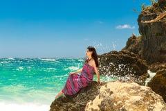 海滩的年轻美丽的亚裔女孩一个热带海岛 S 库存照片