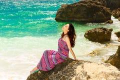 海滩的年轻美丽的亚裔女孩一个热带海岛 S 免版税库存图片