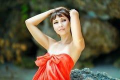 海滩的年轻美丽的女孩一个热带海岛 夏天v 图库摄影
