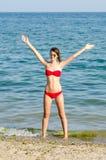 海滩的年轻美丽的女孩 库存图片
