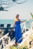 海滩的年轻美丽的白肤金发的妇女 免版税库存图片
