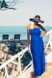 海滩的年轻美丽的白肤金发的妇女 免版税库存照片