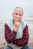 海滩的年长人在一有雾的天 库存照片