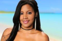 海滩的年轻非裔美国人的妇女 库存图片