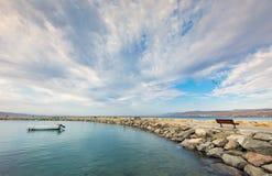 海洋盐水湖和石走的码头在埃拉特 免版税图库摄影