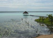 海滩盐水湖Bacalar墨西哥湖全景小屋 图库摄影