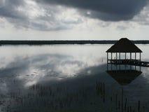 海滩盐水湖Bacalar墨西哥湖全景小屋 免版税库存照片