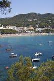 海滩看法在夏天在Llafranc 库存图片