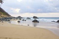 海滩看法在费尔南多・迪诺罗尼亚群岛,日落的巴西 免版税库存照片