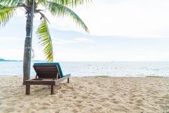 海滩睡椅、棕榈和热带海滩在芭达亚在泰国 库存图片