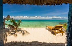 海滩睡椅、清楚的水和美丽的景色在热带海岛上, 免版税库存照片