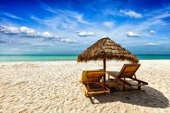 海滩睡椅休息室帐篷二下 库存图片