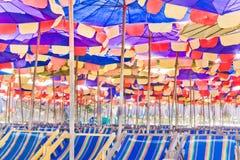 海滩睡椅伞 免版税库存图片