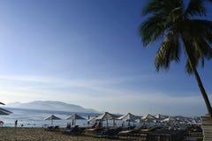 海滩睡椅伞 库存照片