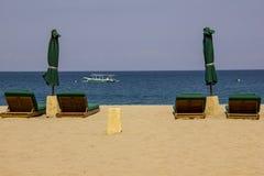 海滩睡椅倒空 免版税库存照片