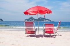 海滩睡椅和伞在海滩在里约热内卢 免版税库存照片