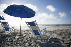 海滩睡椅和伞在海洋 库存图片