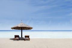 海滩睡椅和伞在白色沙子 库存照片
