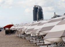海滩睡椅和伞在迈阿密 免版税库存照片