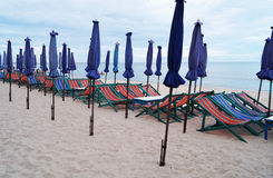 海滩睡椅和伞 免版税图库摄影