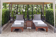 海滩睡椅和大伞在沙子靠岸 休息的概念,关于 免版税图库摄影