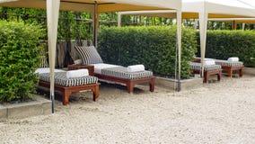 海滩睡椅和大伞在沙子靠岸 休息的概念,关于 库存图片