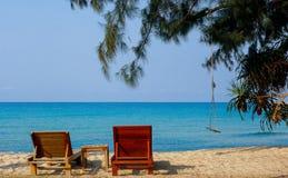 海滩睡椅和海运 免版税库存图片