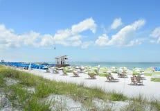 海滩睡椅和遮阳伞在美丽的白色海滩 免版税图库摄影