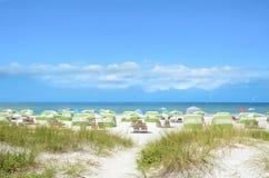海滩睡椅和遮阳伞在美丽的白色海滩 免版税库存照片
