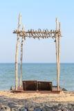 海滩睡椅在木的屋顶下 图库摄影