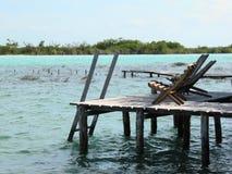 海滩睡椅在船坞 库存图片