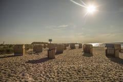 海滩睡椅在阳光下 免版税库存照片