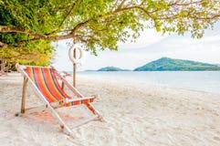 海滩睡椅在Rang亚伊iland,泰国的一个晴天 图库摄影
