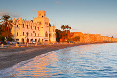 海滩睡椅希腊海岛kefalos kos桔子伞 免版税库存照片