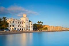 海滩睡椅希腊海岛kefalos kos桔子伞 库存图片