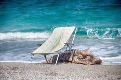 海滩睡椅找出手段海边 图库摄影