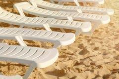 海滩睡椅沙子 在海滩的几张自由白色海滩睡椅 库存照片