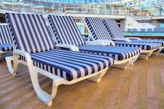 海滩睡椅浅深度的域非常 图库摄影