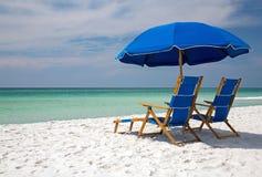 海滩睡椅浅深度的域非常 免版税库存照片